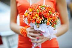 Bruidsmeisje die een boeket van roze houden stock foto