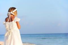 Bruidsmeisje die zich op Strand bij Huwelijksceremonie bevinden royalty-vrije stock foto