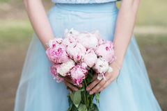 Bruidsmeisje in het blauwe boeket van de kledingsgreep met witte en roze pioen royalty-vrije stock foto
