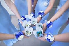 Bruidsmeisje met het corsage van de bloemenpols stock fotografie