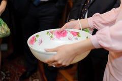 Bruidsmeisje met Kom stock foto