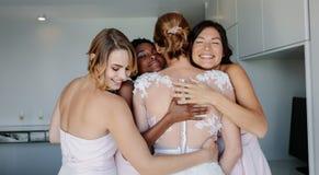 Bruidsmeisjes die de bruid gelukwensen op huwelijksdag royalty-vrije stock fotografie