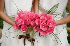 Bruidsmeisjes met hun schitterende boeketten Royalty-vrije Stock Afbeelding