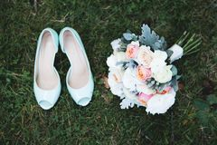 Bruidsmeisjesbenen Bruid met haar meisjes in gekleurde mooie kleding in huwelijkspartij royalty-vrije stock afbeelding