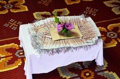 Bruidsschatgeld aan de bruid van ouders door de bruidegom van ouders wordt gegeven die Stock Afbeelding