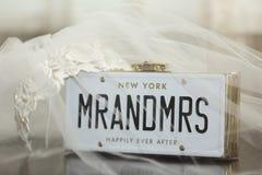 Bruidssluier met M. en Mevr.aanplakbiljet royalty-vrije stock afbeeldingen