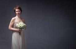 Bruidvrouw die met bloemen op hand wachten royalty-vrije stock foto's