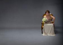 Bruidvrouw ongelukkig op eenzaamheidwijze stock fotografie