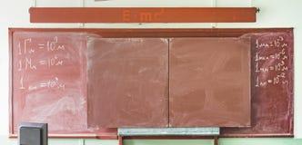 Bruin bord met fysieke die hoeveelheden in krijt worden geschreven royalty-vrije stock afbeelding