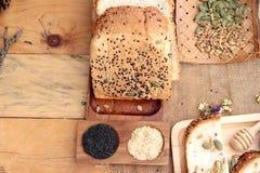Bruin brood met gehele korrelgraangewassen van gesneden en melk royalty-vrije stock fotografie