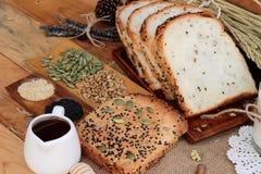 Bruin brood met gehele korrelgraangewassen van gesneden en melk royalty-vrije stock afbeeldingen