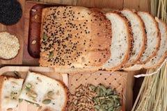 Bruin brood met gehele korrelgraangewassen van gesneden en melk royalty-vrije stock foto