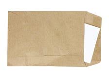 Bruin die Envelopdocument met document op witte achtergrond wordt geïsoleerd Stock Afbeelding
