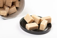 Bruin die Sugar Cubes In The Box boven Witte Achtergrond wordt ge?soleerd royalty-vrije stock foto's