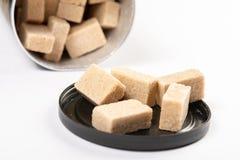 Bruin die Sugar Cubes In The Box boven Witte Achtergrond wordt ge?soleerd stock afbeeldingen