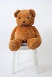 bruin draag pop die op houten stoel situeren royalty-vrije stock foto's