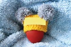 Bruin ei in een geel royalty-vrije stock foto