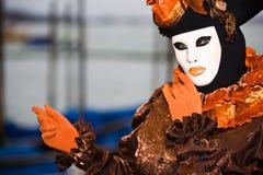 Bruin en oranje Venetiaans kostuum Royalty-vrije Stock Afbeeldingen