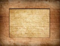 Bruin gekrast kader op lichte houten raad stock foto's