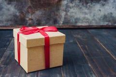 Bruin giftvakje op houten lijstachtergrond met exemplaarruimte royalty-vrije stock fotografie