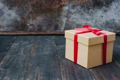 Bruin giftvakje op houten lijstachtergrond met exemplaarruimte stock fotografie