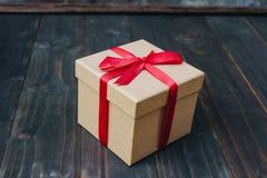 Bruin giftvakje op houten lijstachtergrond met exemplaarruimte stock afbeeldingen