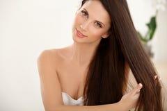 Bruin Haar. Mooi Brunette met lang Haar royalty-vrije stock foto