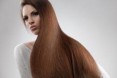 Bruin Haar. Portret van Mooie Vrouw met Lang Haar. Stock Afbeeldingen