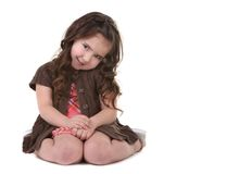 Bruin Haired Jong Kind dat Haar Hoofd zijdelings overhelt royalty-vrije stock afbeeldingen