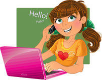 Bruin-haired meisje met telefoon en roze laptop Stock Afbeeldingen
