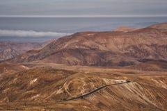 Bruin hooglandlandschap met curvy weg stock foto