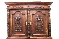 Bruin, houten, antiek, kast voor vaatwerk Medio-negentiende eeuw Huis, comfort, ontwerp stock fotografie