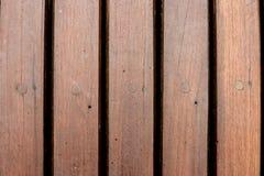 bruin houten dek in een zwembad royalty-vrije stock afbeeldingen