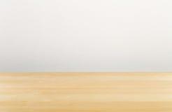 Bruin houten leeg bureau met witte muur stock afbeeldingen