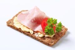Bruin kernachtig brood met ham royalty-vrije stock afbeelding