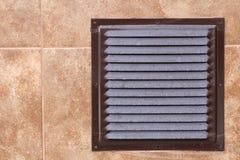 Bruin metaal industrieel paneel met ventilatietraliewerk, close-upfoto, vooraanzicht Detail van architectuurontwerp Luchtcirculat Royalty-vrije Stock Afbeelding
