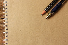 Bruin notitieboekjedocument, potlood en pen op schrijfpapier met emtry FO Stock Fotografie