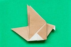 Bruin origamidocument in het vliegen vogelvorm Royalty-vrije Stock Afbeeldingen