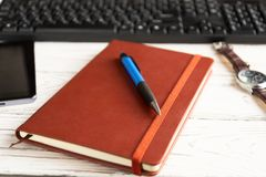 Bruin rood notitieboekje op een lichte achtergrond stock afbeeldingen