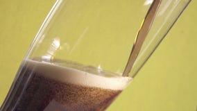 Bruin schuimend drankkwas of bier in een glas, flesjes van schuimuitbarsting stock video