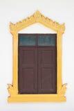 Bruin snijd deur met gouden kader in tempel stock fotografie