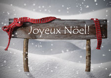 Bruin Teken Joyeux Noel Means Merry Christmas, Sneeuw, Snowfalke stock foto