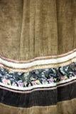 Bruin verfraaid met bloemenweefsel Originele traditionele nanai stock foto