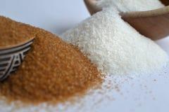 Bruin versus witte suiker. Twee varianten van suiker in kommen. Royalty-vrije Stock Foto's