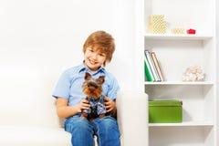 Bruin Yorkshire Terrier met gelukkige jongenszitting Royalty-vrije Stock Foto's