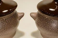 Bruine aarden pot twee op witte achtergrond royalty-vrije stock afbeeldingen