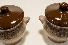 Bruine aarden pot twee op witte achtergrond royalty-vrije stock foto
