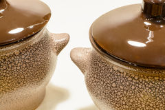 Bruine aarden pot twee op witte achtergrond royalty-vrije stock afbeelding