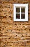 Bruine bakstenen muur en witte vensterachtergrond Stock Foto