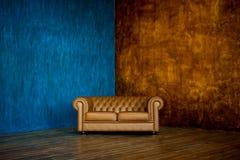 Bruine bank Chester op een achtergrond van blauwe en bruine muren stock afbeeldingen